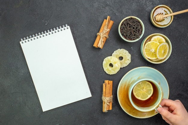 Bovenaanzicht kopje thee met schijfjes citroen en honing
