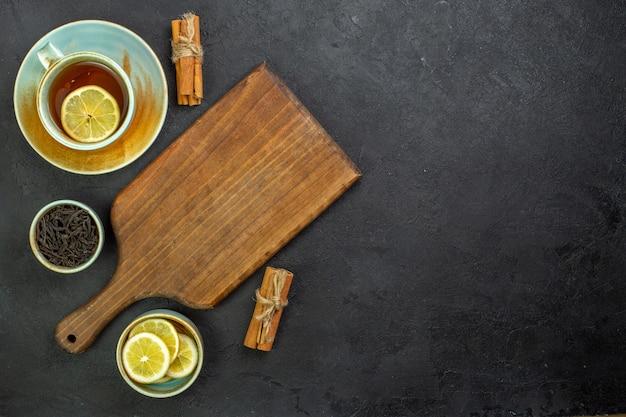 Bovenaanzicht kopje thee met schijfjes citroen en kaneel