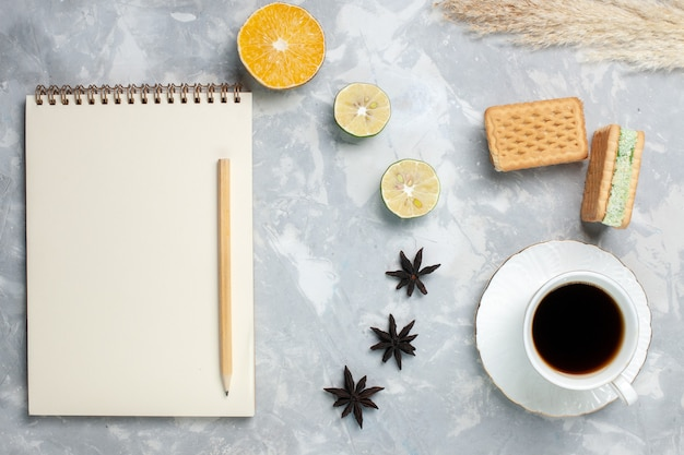 Bovenaanzicht kopje thee met wafels op wit