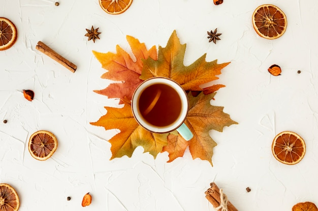 Bovenaanzicht kopje thee op blad