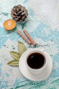 Bovenaanzicht kopje thee op het lichtblauwe oppervlak