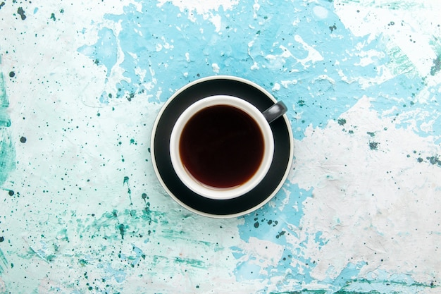 Bovenaanzicht kopje thee warme drank in beker en plaat op blauwe ondergrond