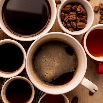 Bovenaanzicht kopjes koffie met houten achtergrond