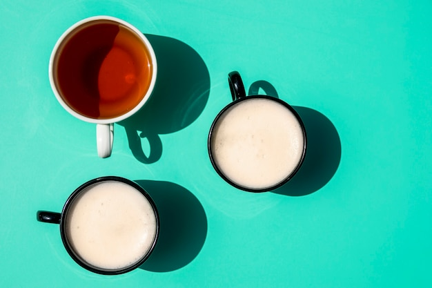 Bovenaanzicht kopjes koffie
