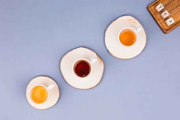 Bovenaanzicht kopjes thee lijn