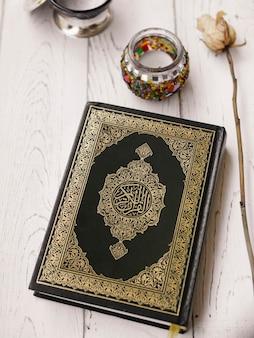 Bovenaanzicht koran en roos op tafel