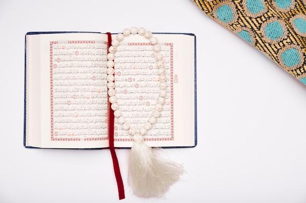 Bovenaanzicht koran geopend op tafel