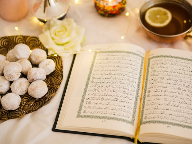 Bovenaanzicht koran met thee en gebak