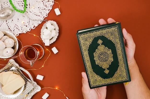 Bovenaanzicht koran naast arabisch gebak