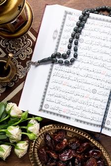 Bovenaanzicht koranverzen op het bureau