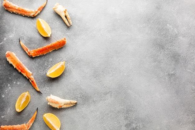 Bovenaanzicht kreeft met citroen en kopie-ruimte
