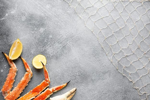 Bovenaanzicht kreeft met citroen en visnet