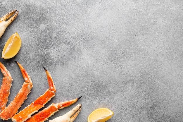 Bovenaanzicht kreeft met citroenen en kopie-ruimte