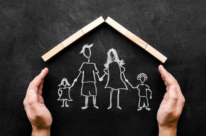 Bovenaanzicht krijttekening van ouders met hun kinderen