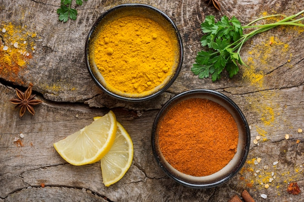 Bovenaanzicht kruiden en schijfjes citroen