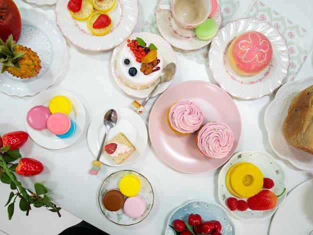 Bovenaanzicht kunstmatige dessert of nepvoedsel met verschillende desserts als cupcake macaron cake donut