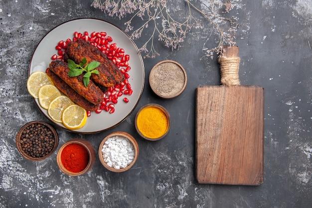 Bovenaanzicht lange vleeskoteletten met kruiden