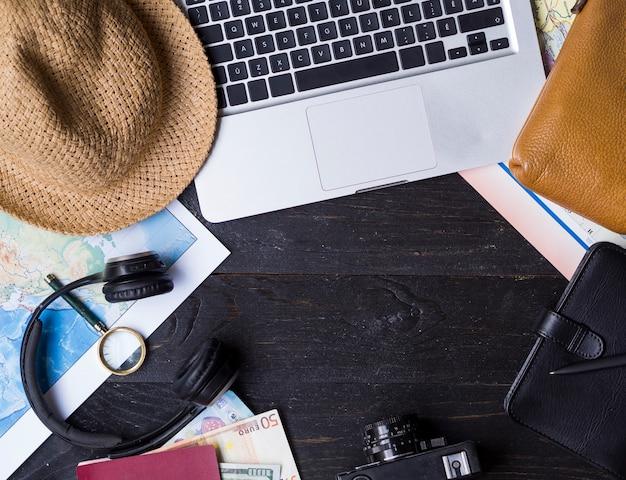 Bovenaanzicht laptop en reisaccessoires