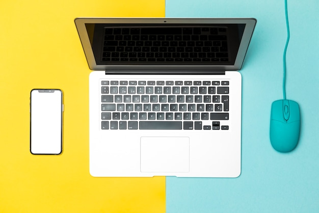 Bovenaanzicht laptop met mockup smartphone