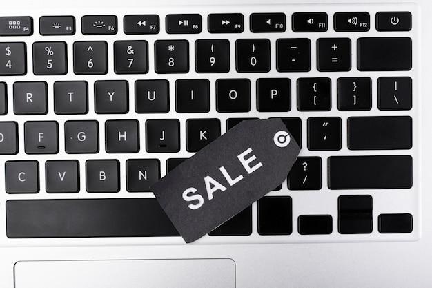 Bovenaanzicht laptop toetsenbord met verkoop tag