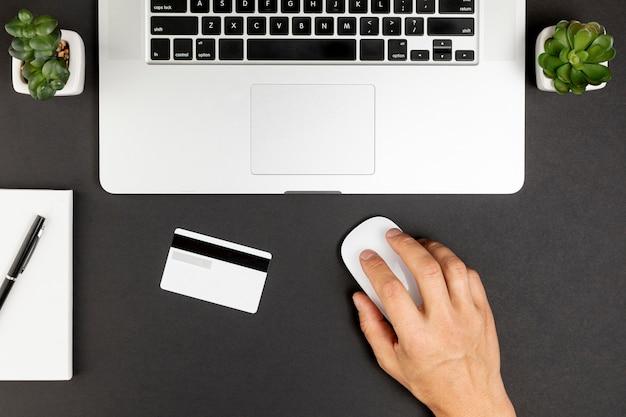 Bovenaanzicht laptop vetplanten en creditcard