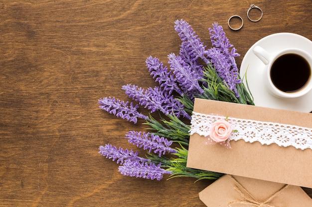Bovenaanzicht lavendel naast bruiloft uitnodiging