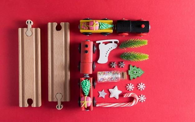 Bovenaanzicht lay-out met speelgoedtreinen voor nieuwjaar, sparren, speelgoed - knolling, kerstkaart