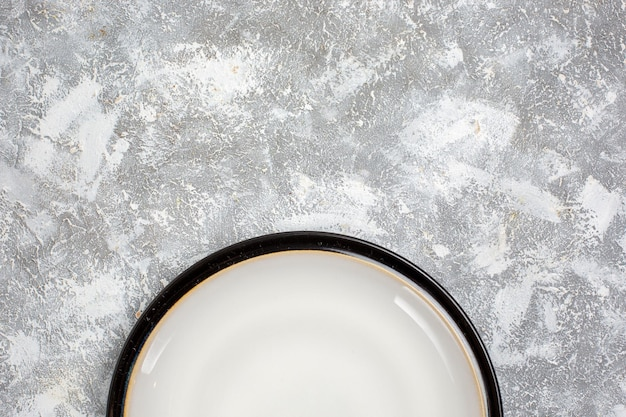 Bovenaanzicht leeg bord wit glas gemaakt op wit oppervlak
