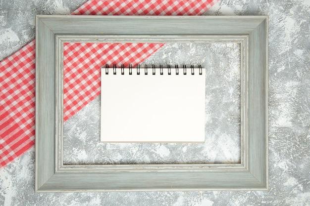 Bovenaanzicht leeg notitieblok binnen frame op witte achtergrond voorbeeldenboek kleur frame foto