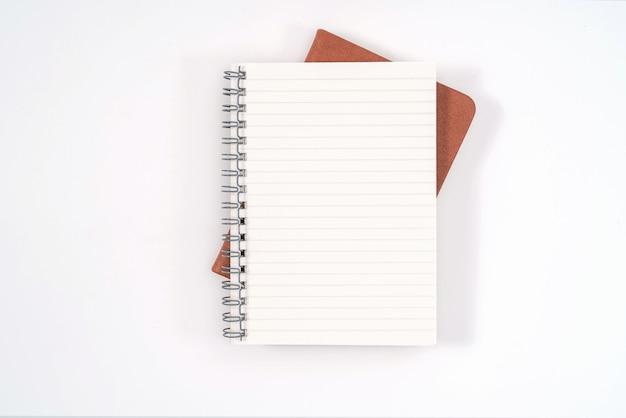 Bovenaanzicht leeg oranje lederen dagboek en potlood op wit bureau white
