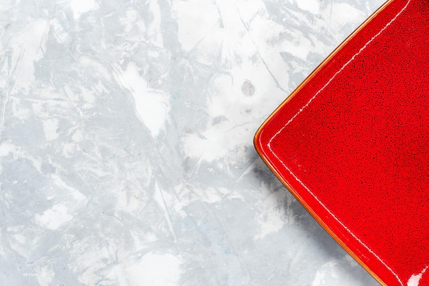 Bovenaanzicht leeg vierkant bord rood ed op wit bureau