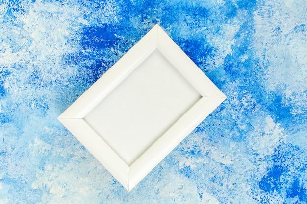Bovenaanzicht leeg wit frame op blauwe witte grunge