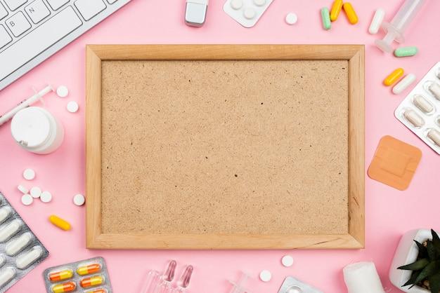 Bovenaanzicht lege houten plank naast medische bureau regeling