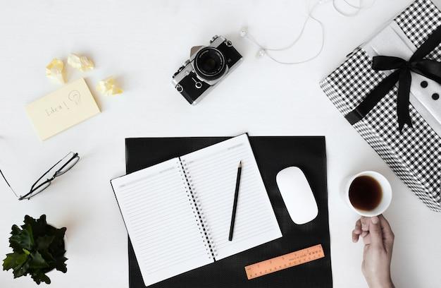 Bovenaanzicht lege notitieblok openen en oude camera plaknotities koffie bovenaanzicht platte lay-out