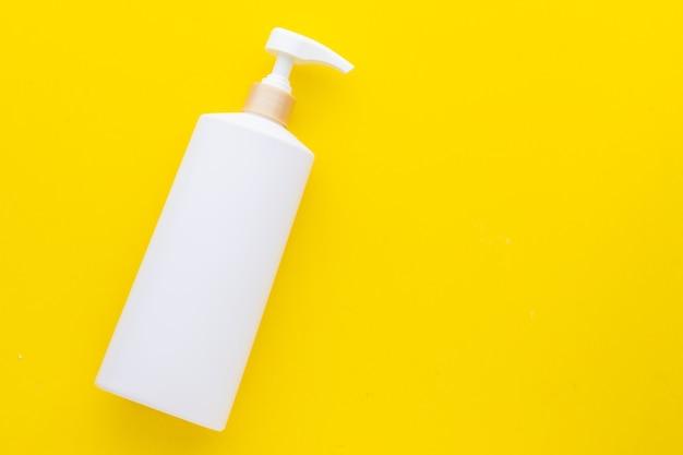 Bovenaanzicht lege witte plastic pompfles gebruikt voor shampoo of zeep