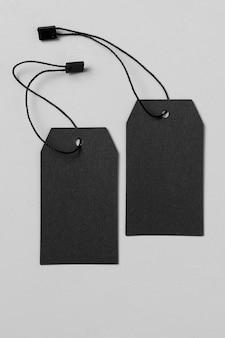 Bovenaanzicht lege zwarte etiketten op witte achtergrond