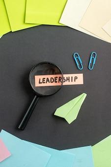 Bovenaanzicht leiderschap notitie met gekleurde stickers op donkere achtergrond zakelijke baan teamwerk marketing leiderschap plan kleur Gratis Foto