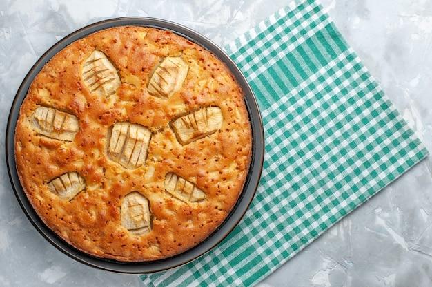 Bovenaanzicht lekker appeltaart zoet en gebakken in pan op licht bureau