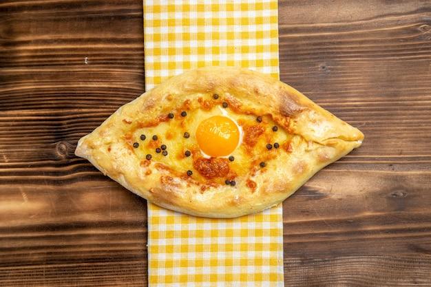 Bovenaanzicht lekker eierbrood vers uit de oven op houten bureau maaltijd brood broodje ontbijt ei