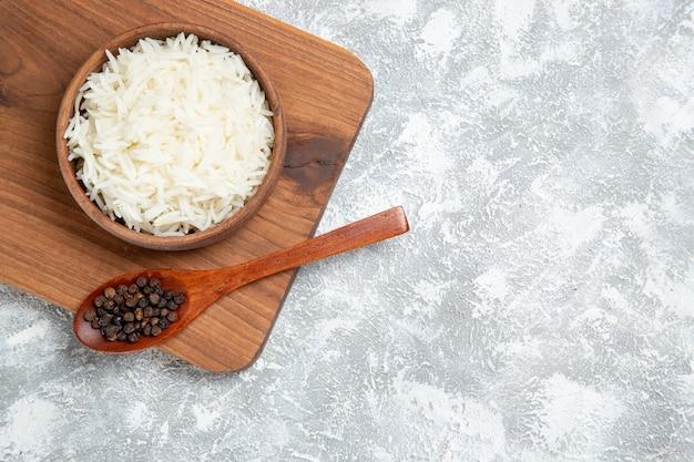 Bovenaanzicht lekker gekookte rijst in plaat op wit