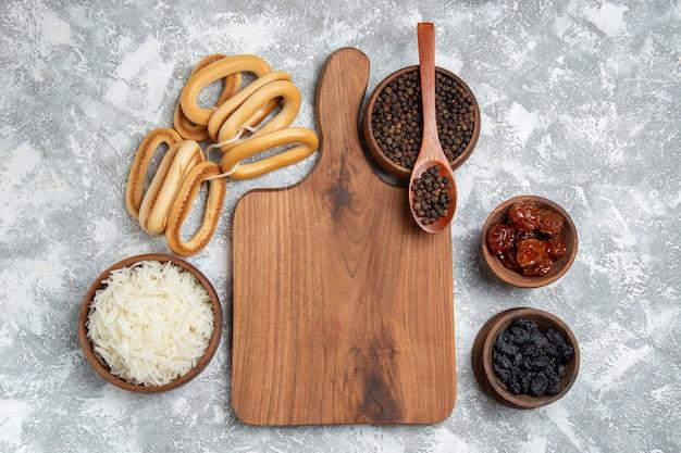 Bovenaanzicht lekker gekookte rijst met kruiden en zoete crackers op wit