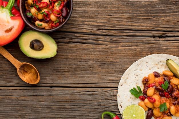 Bovenaanzicht lekker mexicaans eten klaar om te worden geserveerd