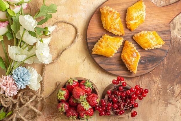 Bovenaanzicht lekker noten gebak met fruit op houten bureau