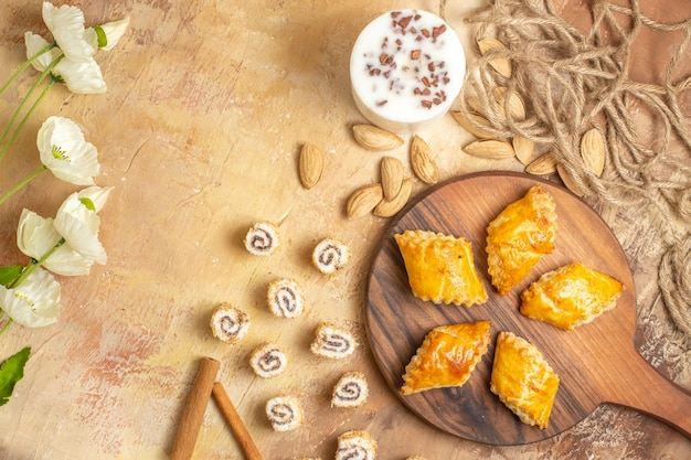Bovenaanzicht lekker noten gebak met noten op houten bureau
