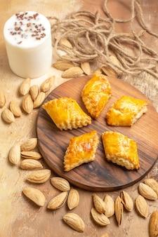 Bovenaanzicht lekker noten gebak met noten op houten vloer