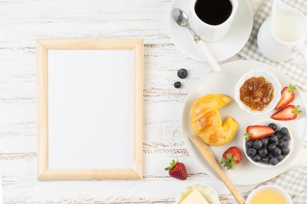 Bovenaanzicht lekker ontbijt met bord