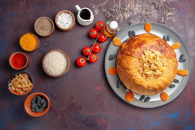 Bovenaanzicht lekker shakh plov gekookte rijstmaaltijd in deeg met kruiden op een donkere achtergrond rijstmaaltijd eten diner koken