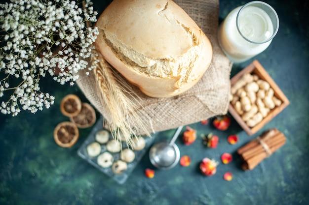 Bovenaanzicht lekker vers brood met noten en melk op donkere achtergrond taart biscuit thee cookie suiker cake dessert