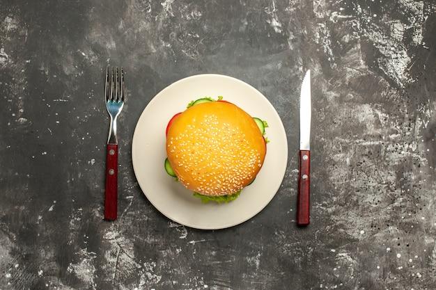 Bovenaanzicht lekker vlees hamburger met groenten op de donkere ondergrond broodje sandwich fast-food
