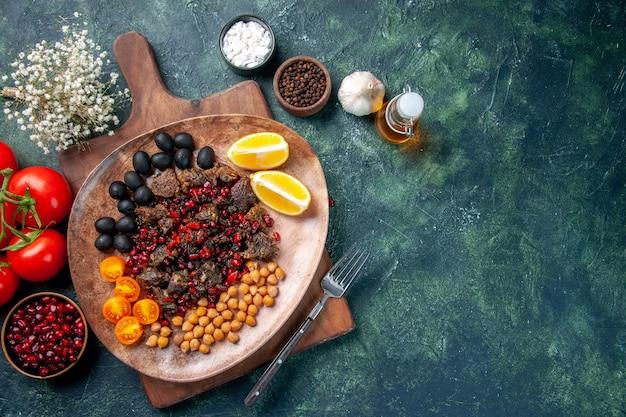 Bovenaanzicht lekker vlees plakjes gebakken maaltijd met druiven en bonen in plaat, schotel eten
